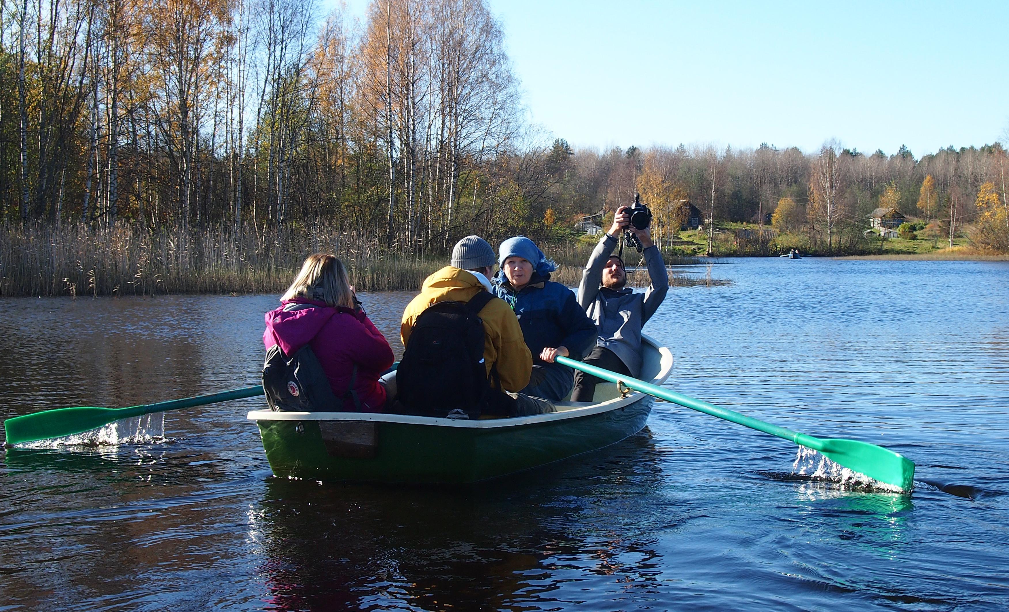 Татьяна Ромахина с группой шведских журналистов. Фото: Валерий Поташов