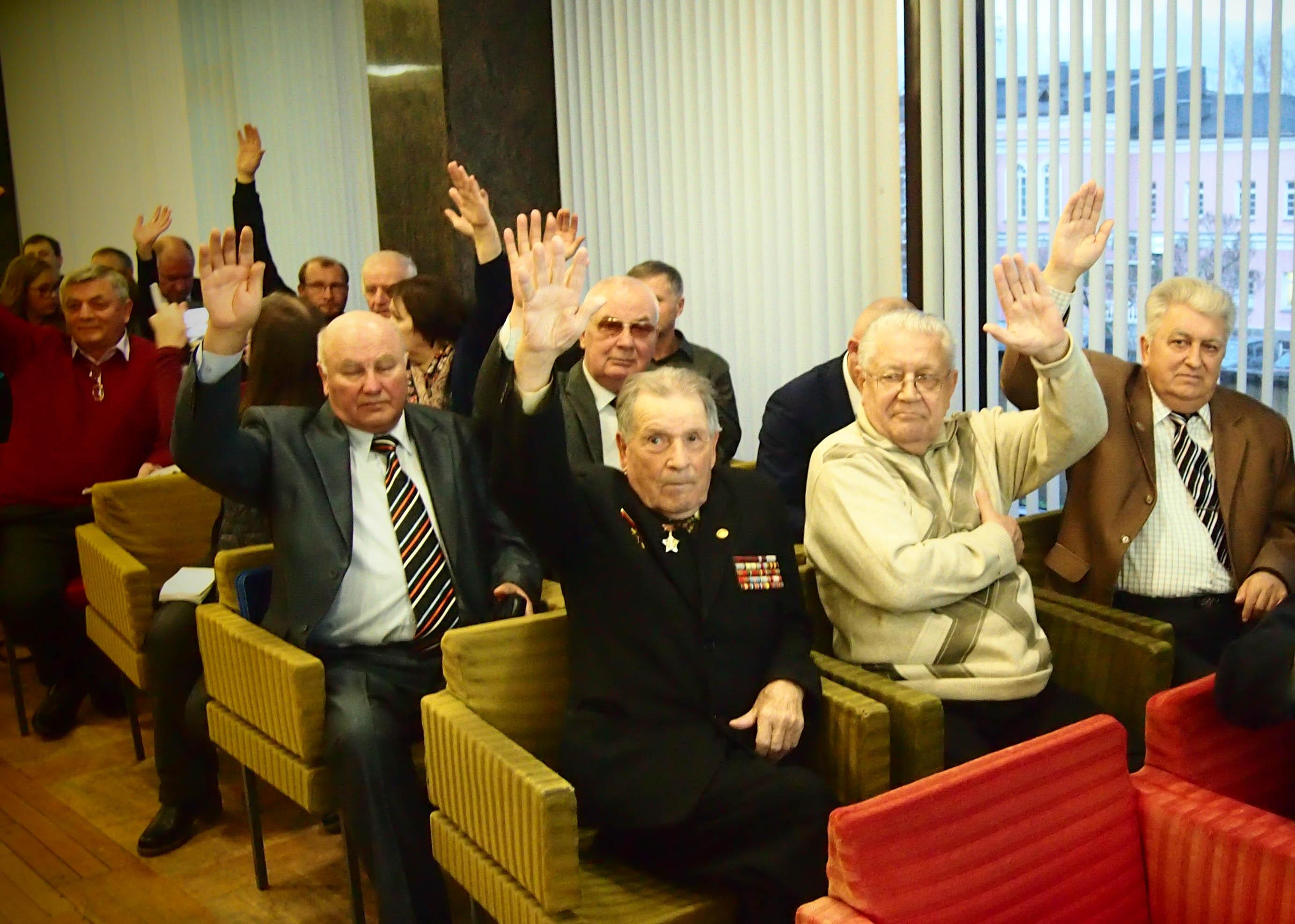 Ветераны голосовали против установки стелы на набережной Онежского озера. Фото: Валерий Поташов