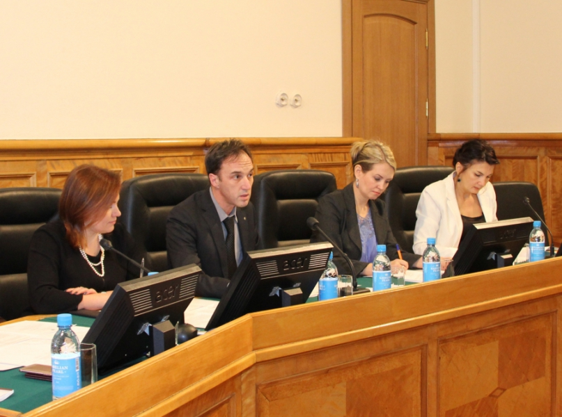 На заседании депутатского комитета. Фото: karelia-zs.ru