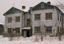 Этот дом 20-х гг. постройки в вепсском селе Рыбреке власти Карелии никак не могут расселить. Фото: Татьяна Смирнова