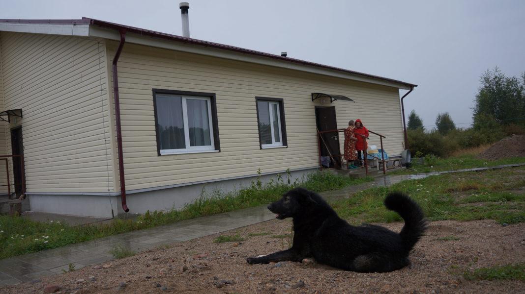 Обитателям нового дома в Вокнаволоке пищу приходится готовить...на костре. Фото: Евгений Куликов