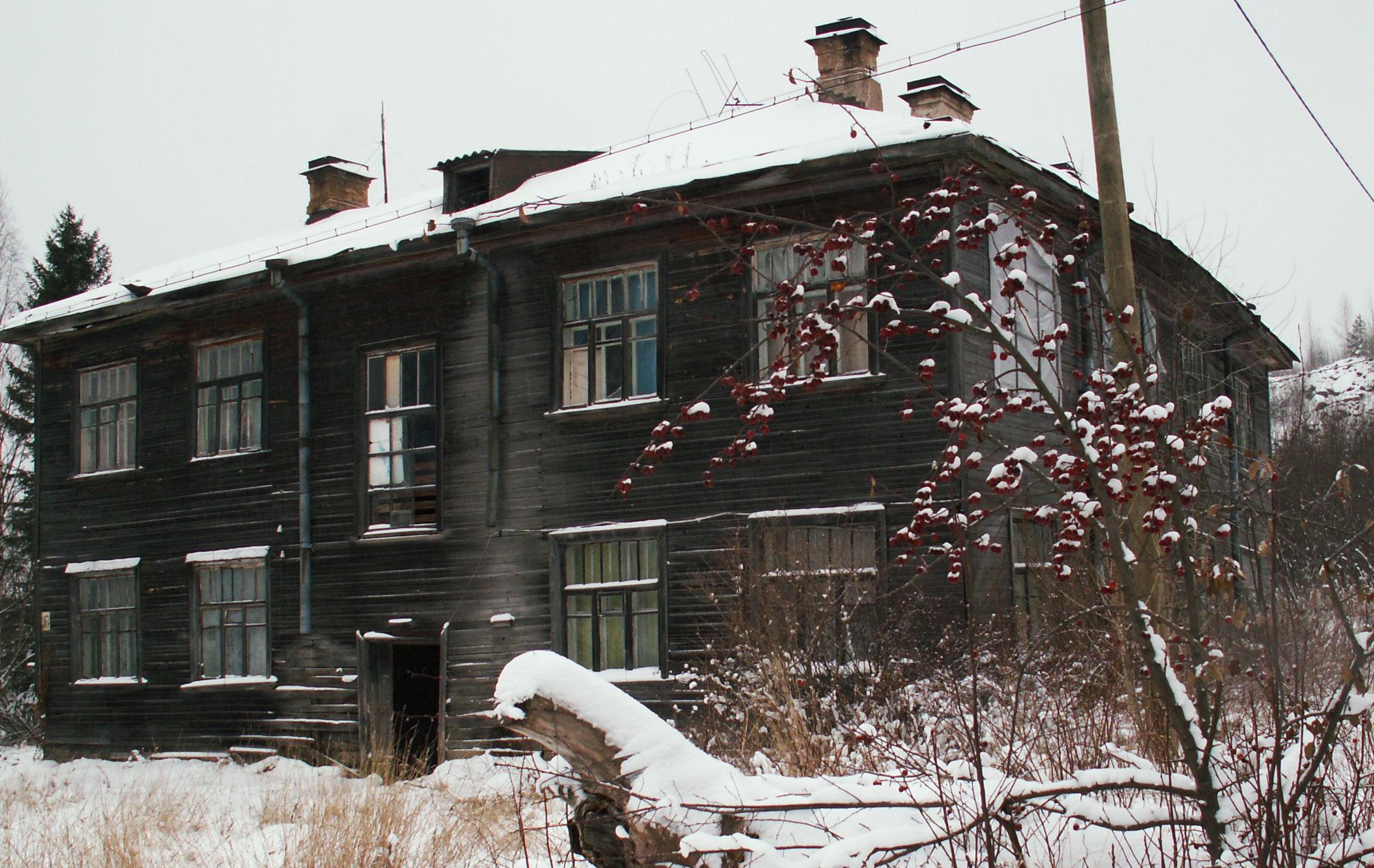 """В таких домах живут в """"поднявшейся с колен"""" России в третьем тысячелетии. Фото: Татьяна Смирнова"""