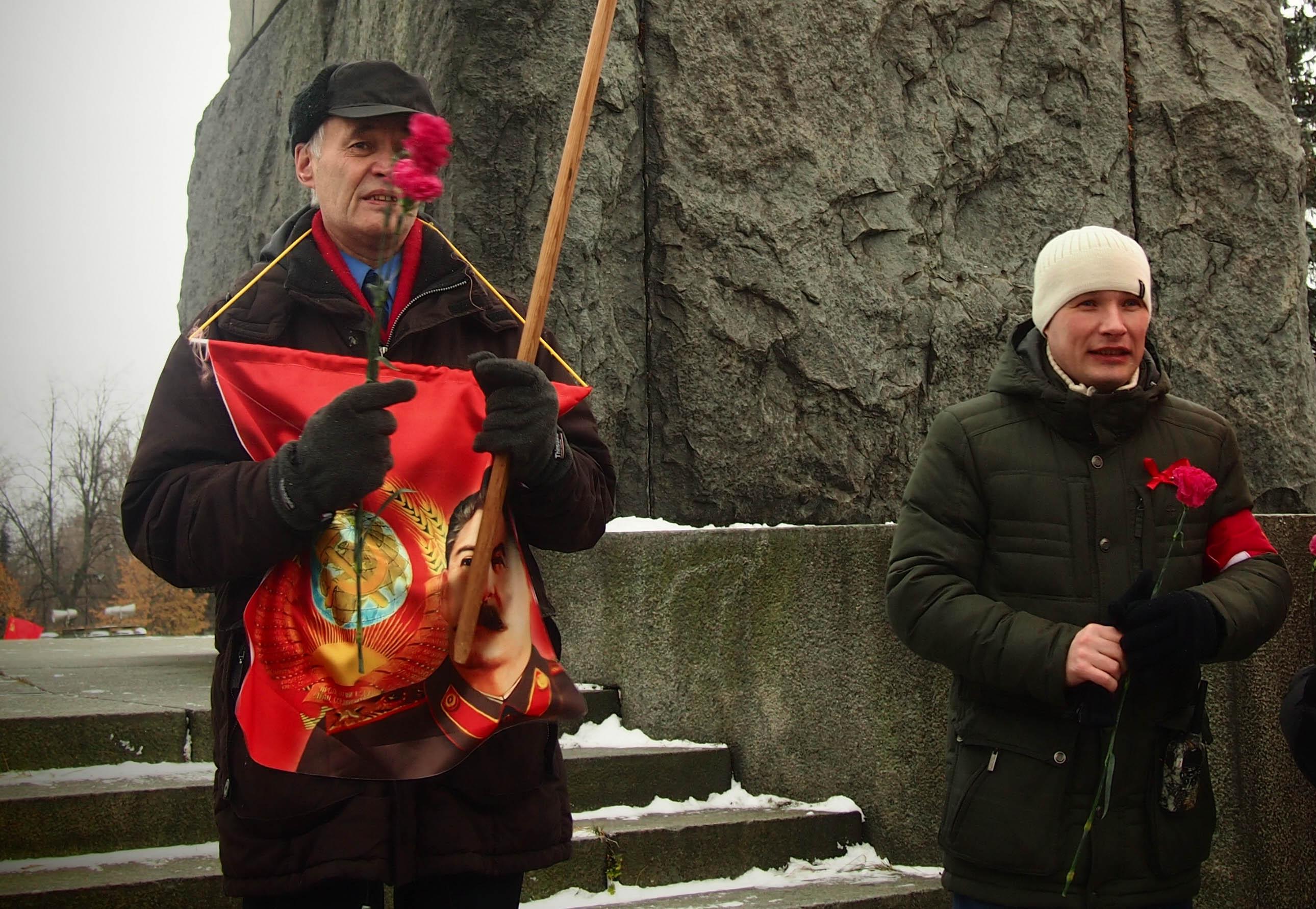 Депутат парламента Карелии Валерий Шоттуев пришел на демонстрацию с портретом Сталина. Фото: Валерий Поташов