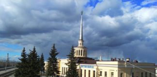 Железнодорожный вокзал в Петрозаводске украшает название города на финском языке. Фото: Алексей Владимиров