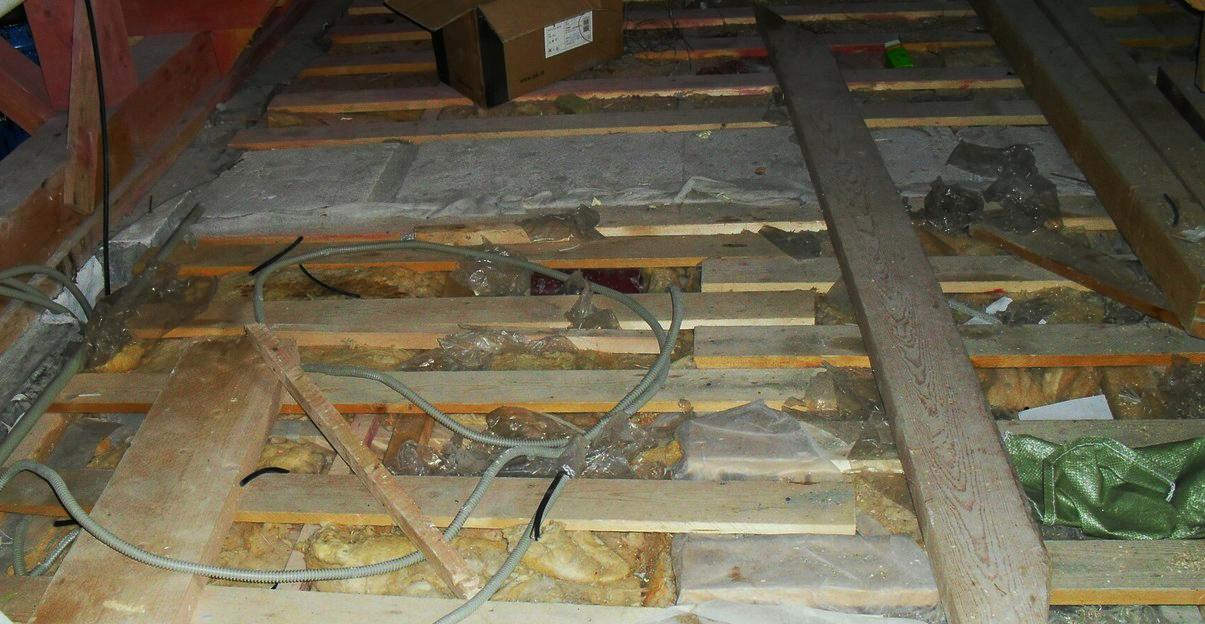 Если на чердаке нового дома наступить на минеральную вату, можно провалиться в квартиру верхнего этажа. Фото: Андриян Володько