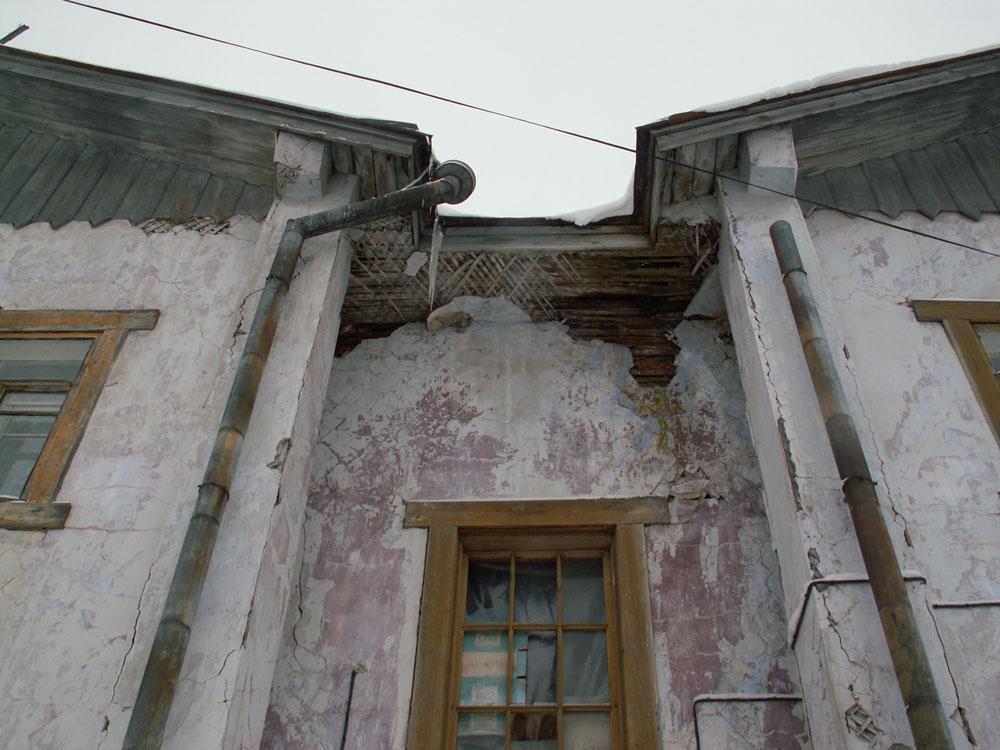 Стены рушатся на глазах. Фото: Татьяна Смирнова