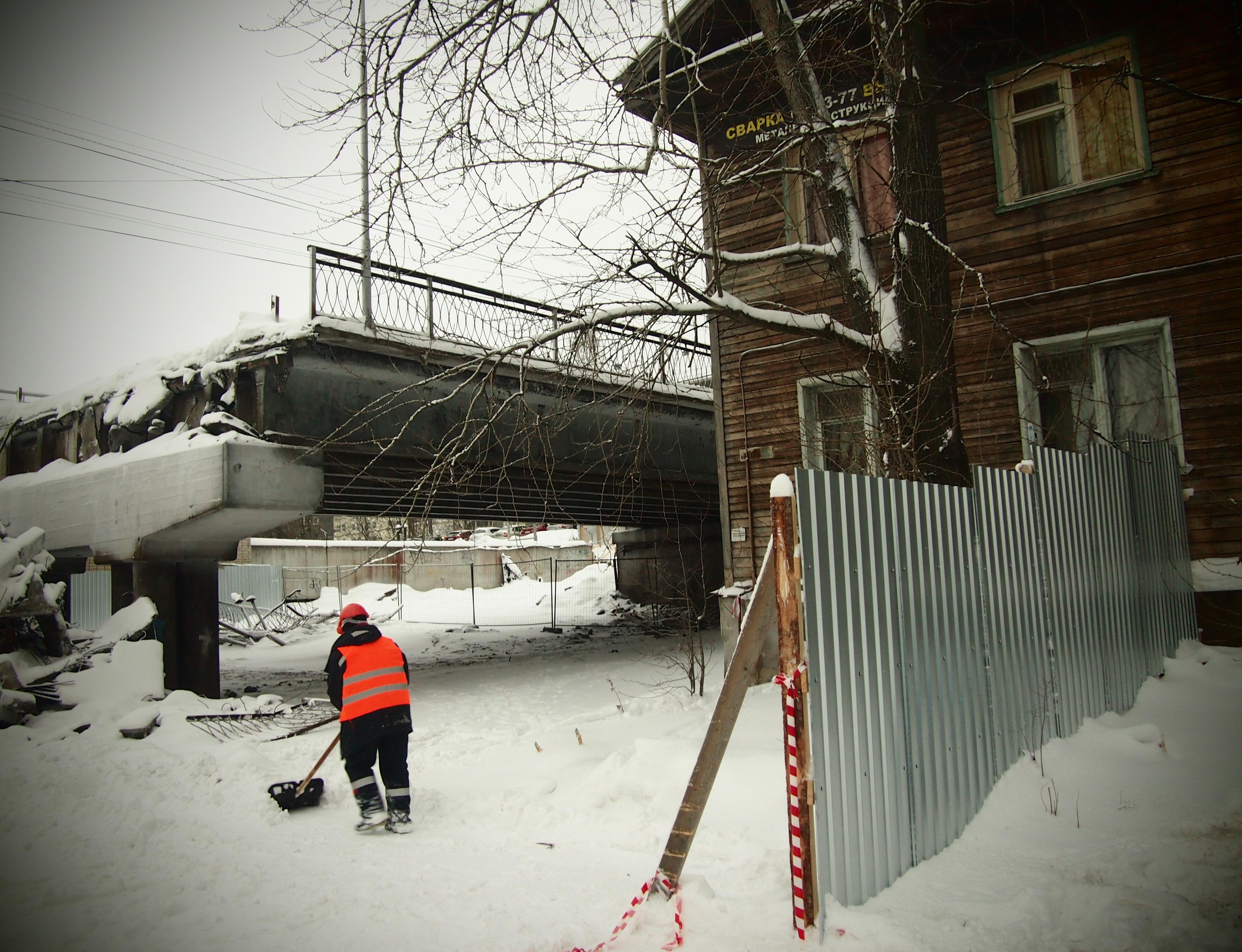 Гоголевский мост в Петрозаводске начали сносить, даже не расселив деревянные дома. Фото: Валерий Поташов