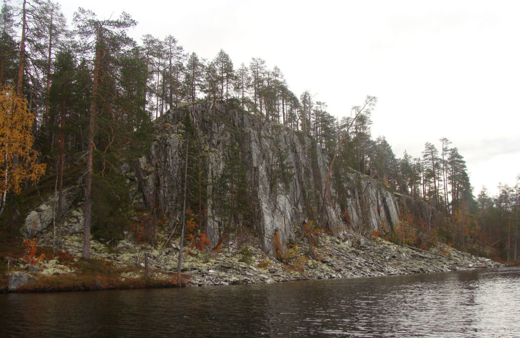 Живописное озеро Каллиоярви в Калевальском районе входит в территорию охотничьих угодий, которые республиканские власти намерены сдать в аренду на четверть века. Фото: Андрей Туоми