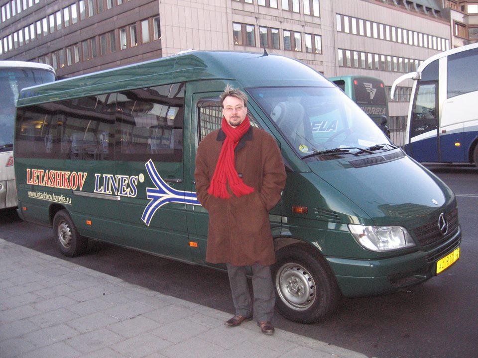 Валентин Леташков возле одного из своих туристических автобусов. Фото из личного архива