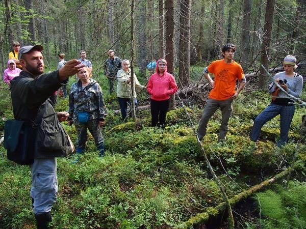 Александр Марковский проводит экскурсию для участников Лесного фестиваля в Пяльме. Фото: Валерий Поташов