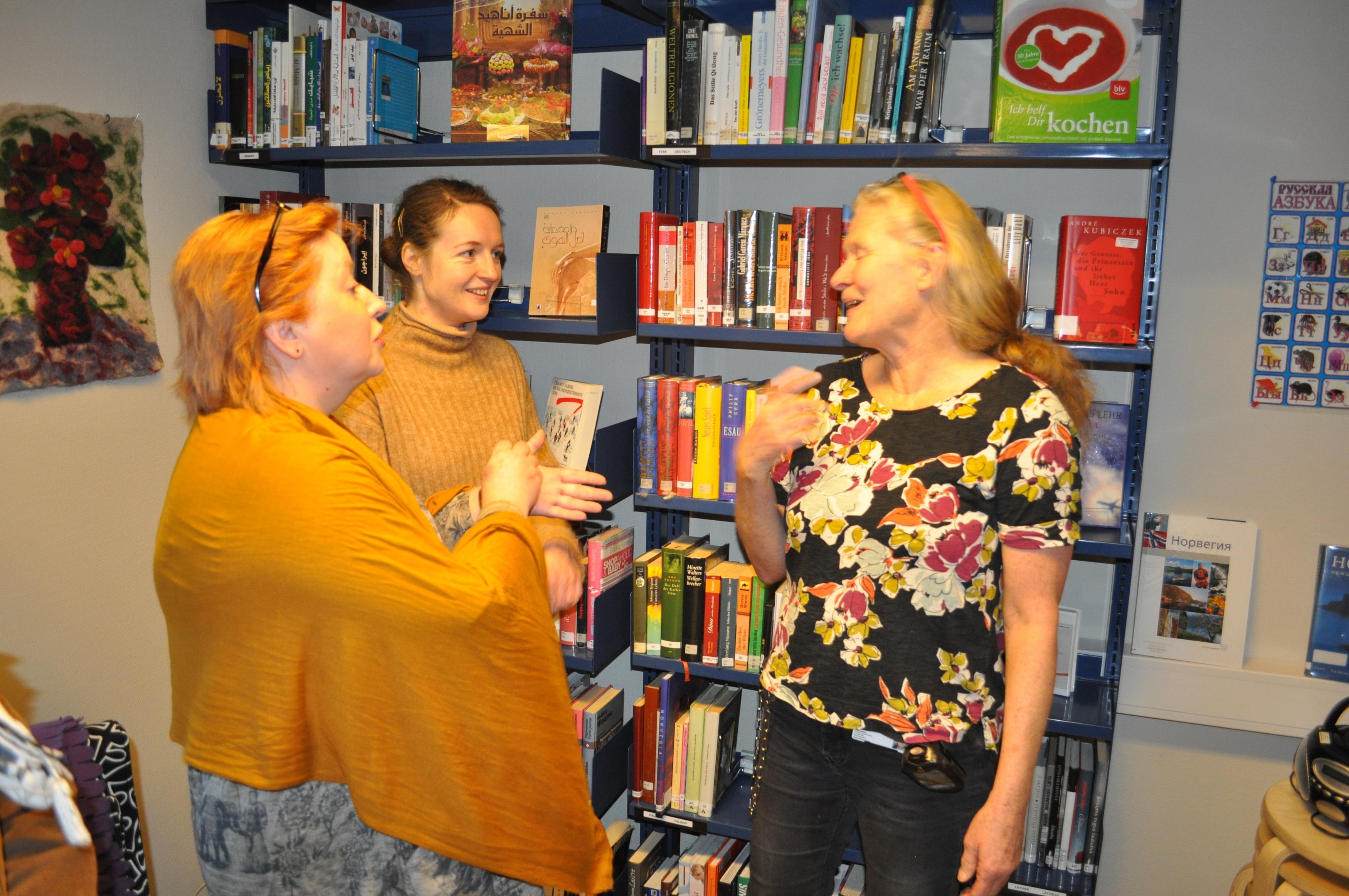 Ольга Романова и Лив Степсби обмениваются адресами. Фото: Алексей Рэдфорд