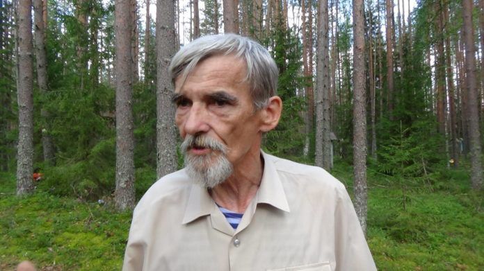 Юрий Дмитриев на мемориальном кладбище