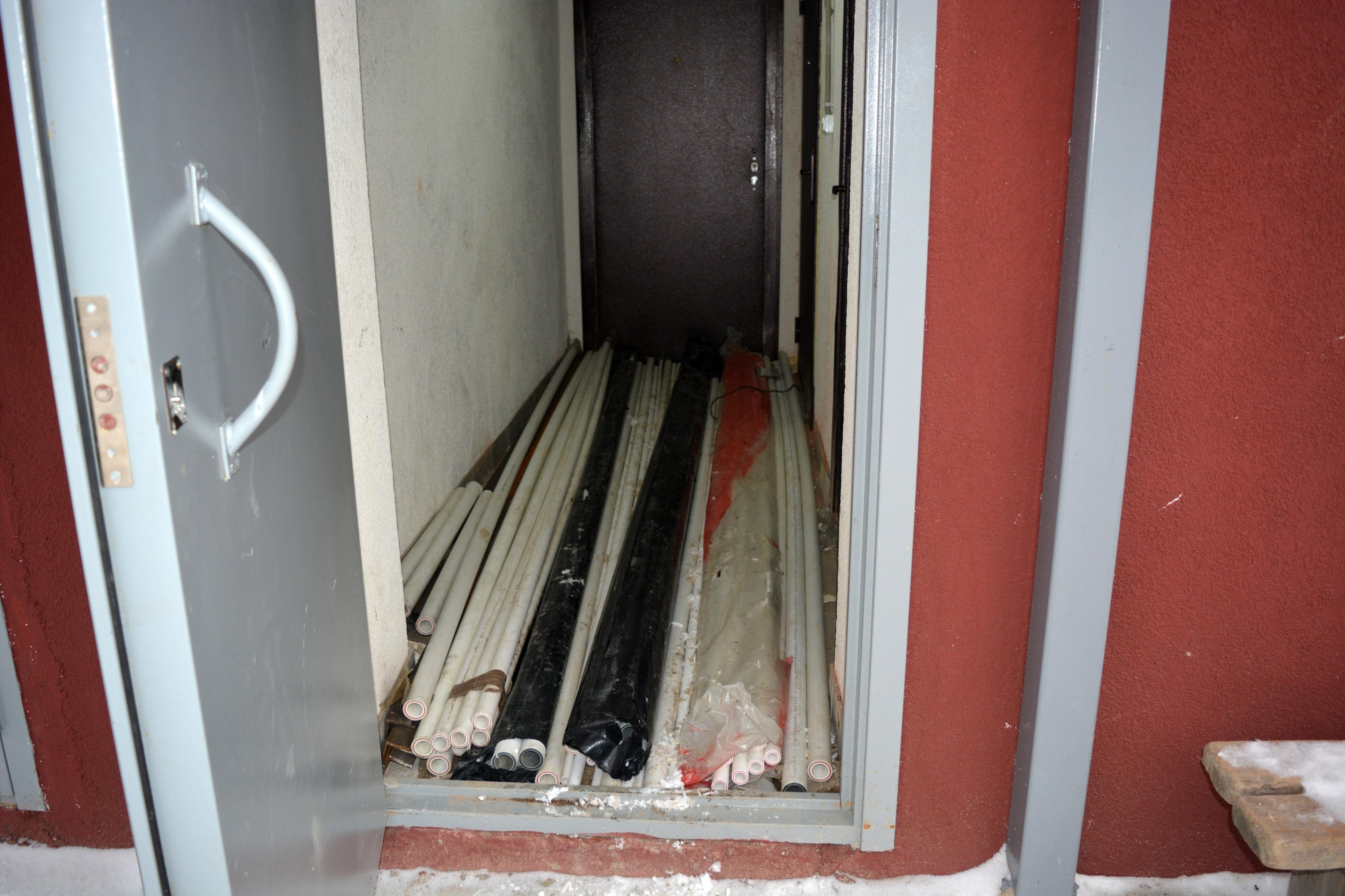 Дом сдан, а монтаж системы теплоснабжения продолжается. Фото: Алексей Владимиров