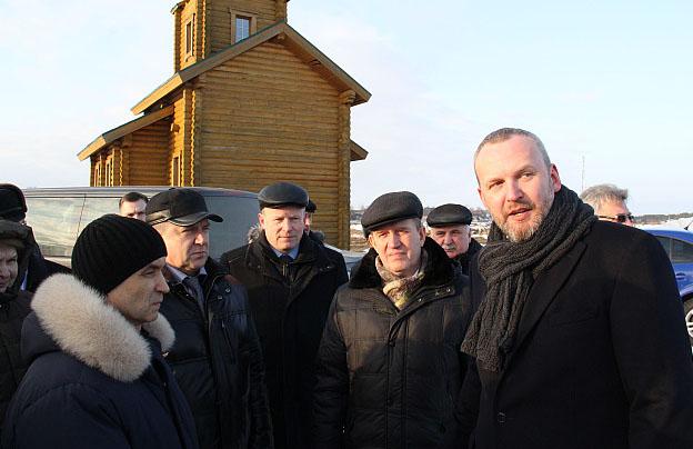 Айво Халлист рассказывает федеральным и республиканским чиновникам про глубоководный порт в Кеми. Фото: gov.karelia.ru