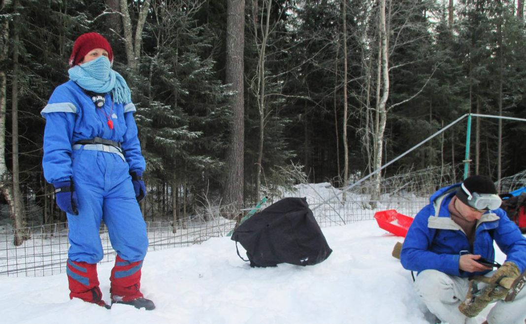 Гражданские активисты разрезают незаконный забор, возведенный вокруг элитного охотхозяйства в Сортавальском районе Карелии. Фото: openbereg.ru