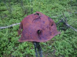 Каска советского бойца, погибшего в калевальских лесах. Фото: Андрей Туоми