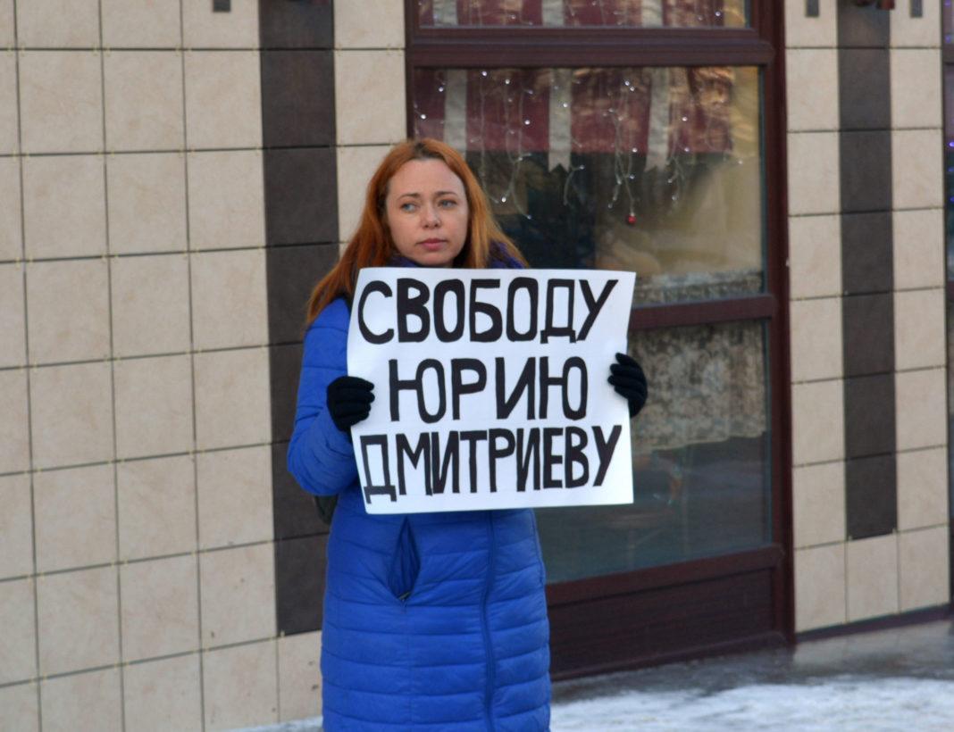 В Петрозаводске прошли одиночные пикеты в поддержку арестованного руководителя Карельского отделения