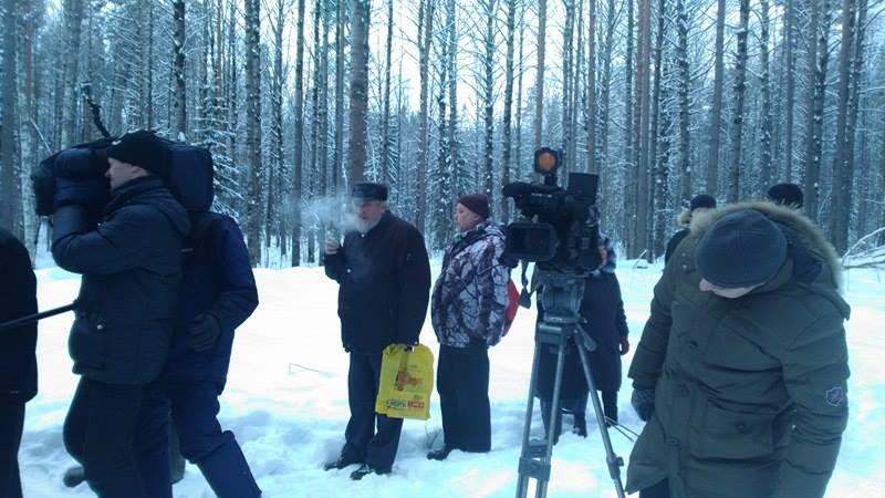 Советник главы Карелии Борис Подопригора (с желтым пакетом). Фото: Алексей Владимиров