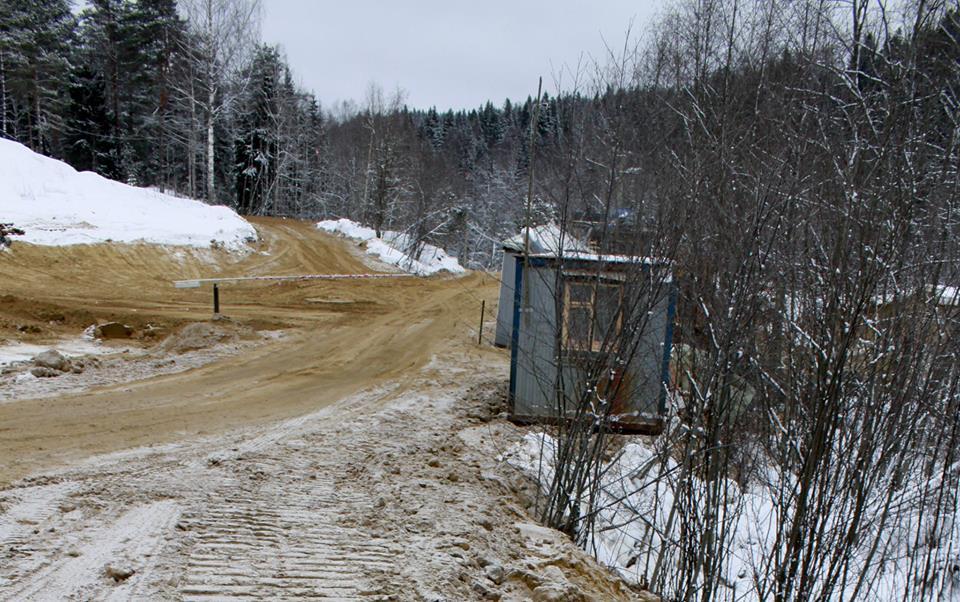 Путь на бывшие земли запаса преграждает шлагбаум. Фото: Черника