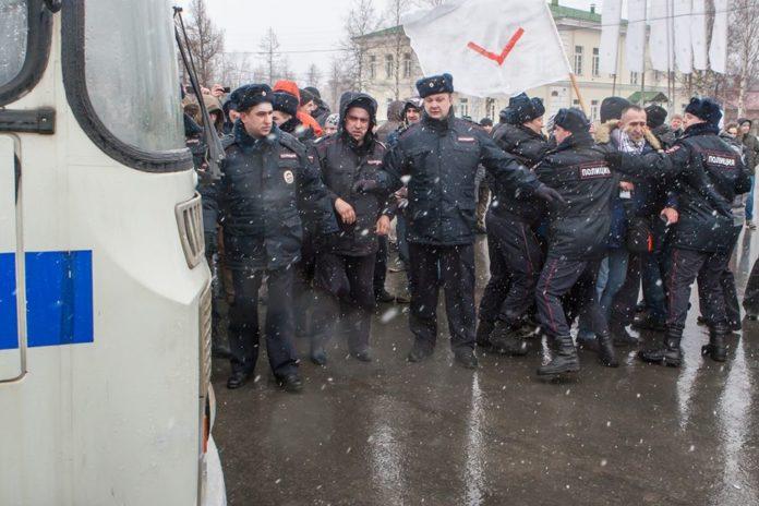 Во время митинга против коррупции в Петрозаводске сотрудник полиции избил журналиста онлайн-журнала