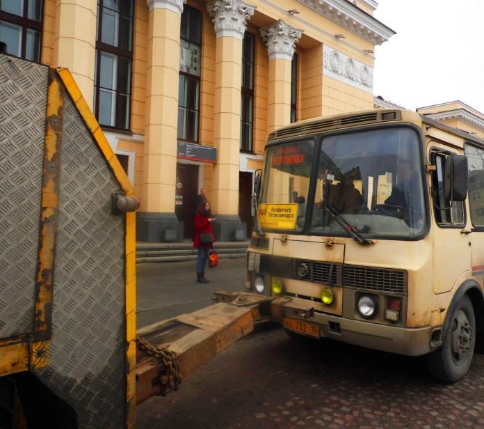 Принудительная эвакуация автобуса у железнодорожного вокзала Петрозаводска. Фото: Алексей Владимиров