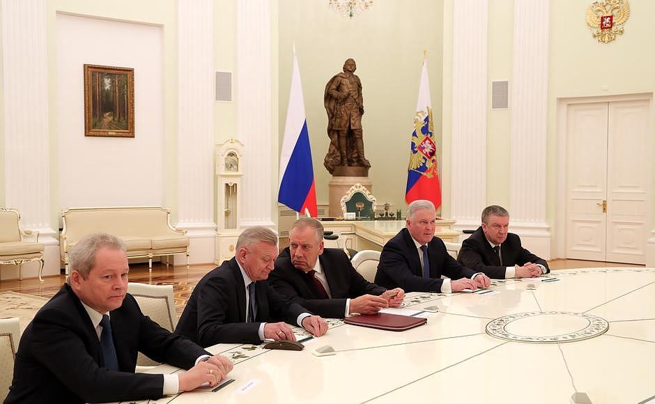 Экс-глава Карелии Александр Худилайнен (крайний справа) на встрече президента РФ с губернаторами-отставниками. Фото: президент.рф