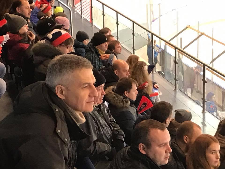 Врио главы Карелии на хоккейном матче в Ледовом дворце Кондопоги. Фото со страницы Артура Парфенчикова в Facebook