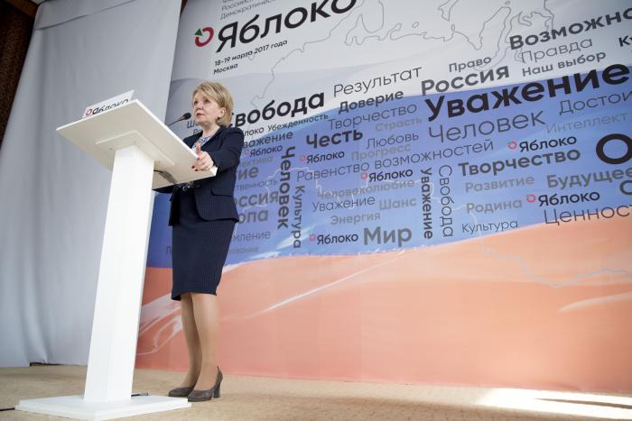 """Председатель """"Яблока"""" Эмилия Слабунова на трибуне заседания федерального политсовета партии. Фото: yabloko.ru"""