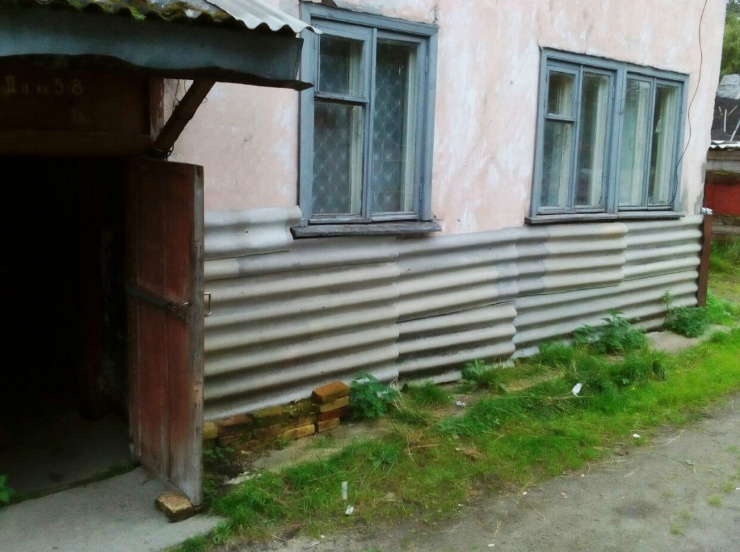 Этот дом в поселке Надвоицы местные чиновники не хотят признавать аварийным. Фото: vk.com