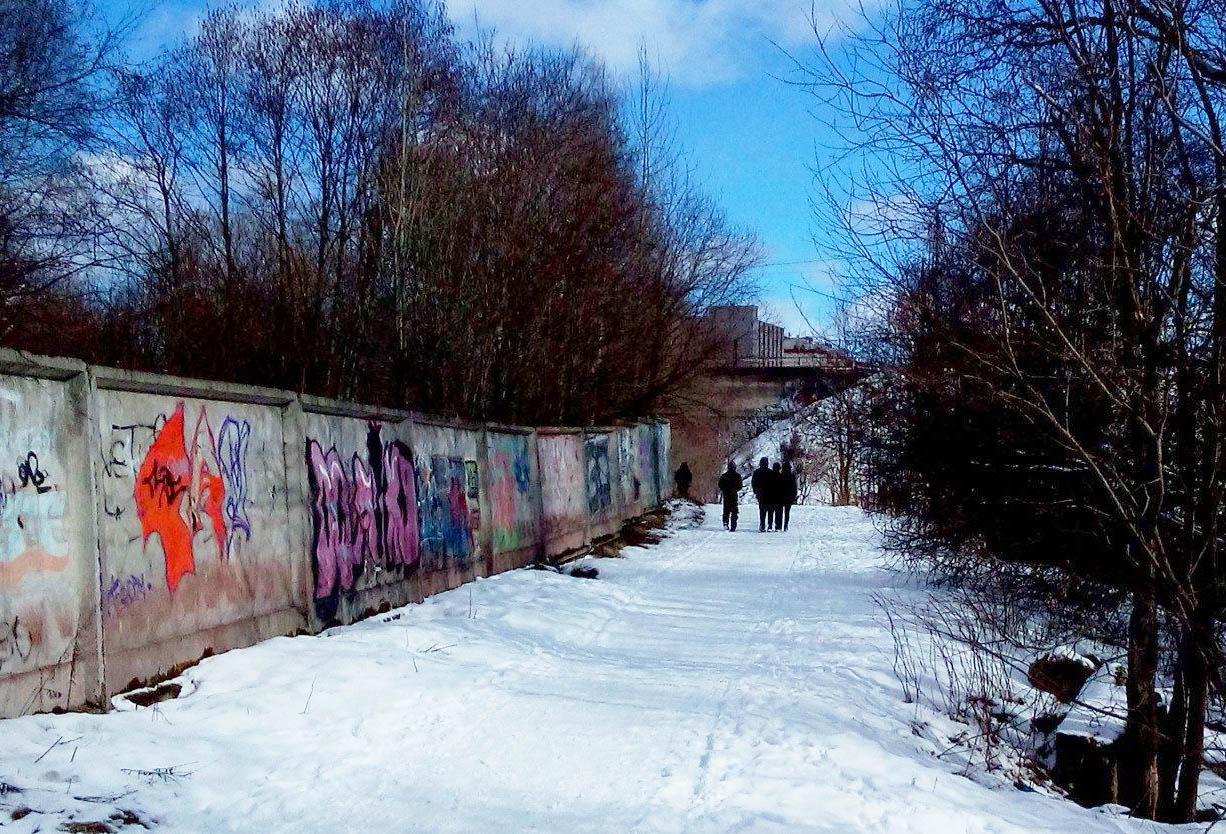 Подростки поспешили скрыться. Фото: Татьяна Смирнова