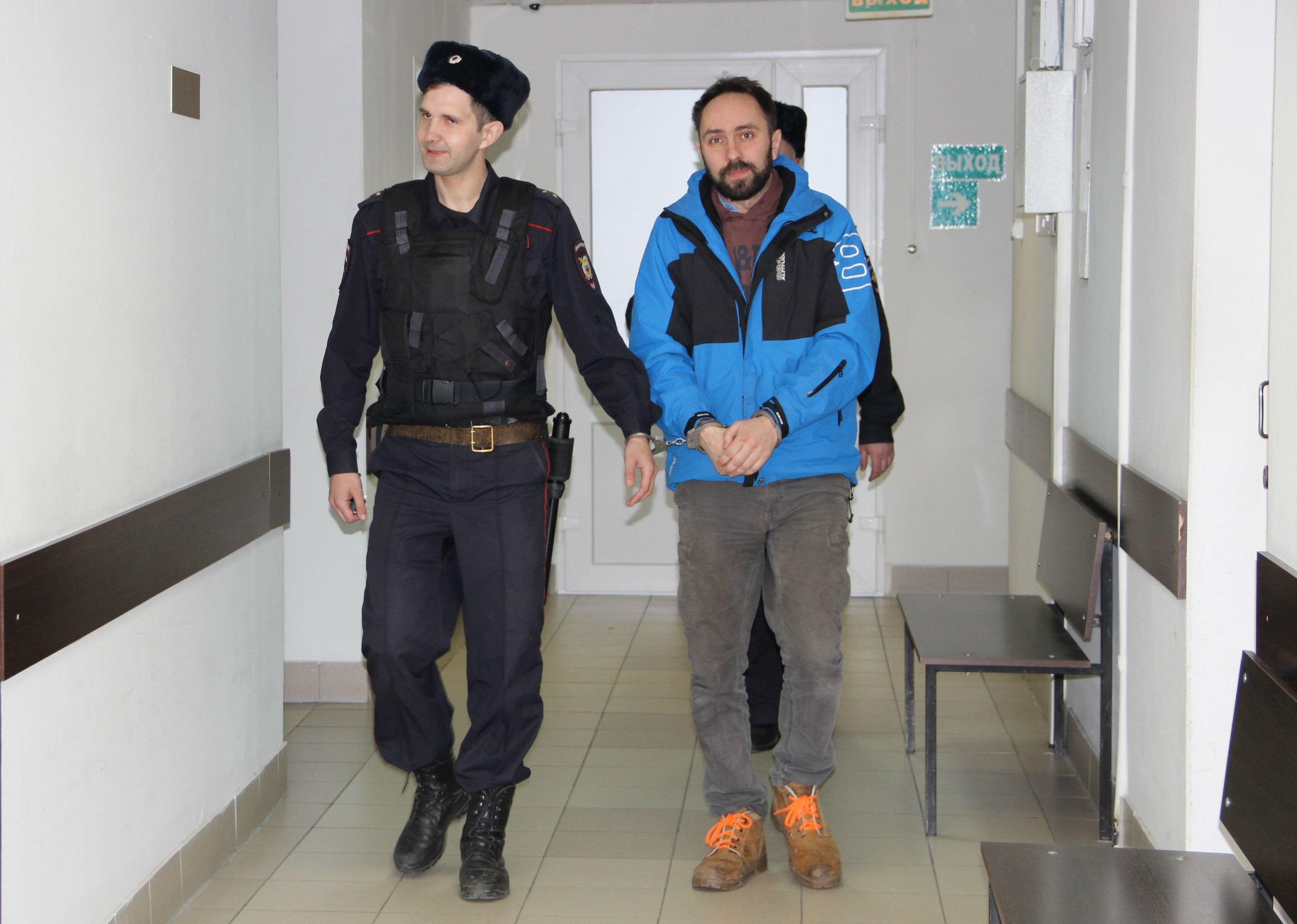 Алексея Гаврилова ведут на судебное заседание. Фото: Илона Радкевич