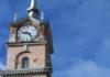 Часы на здании Дома связи в Петрозаводске выглядят как после артобстрела. Фото: Валерий Поташов
