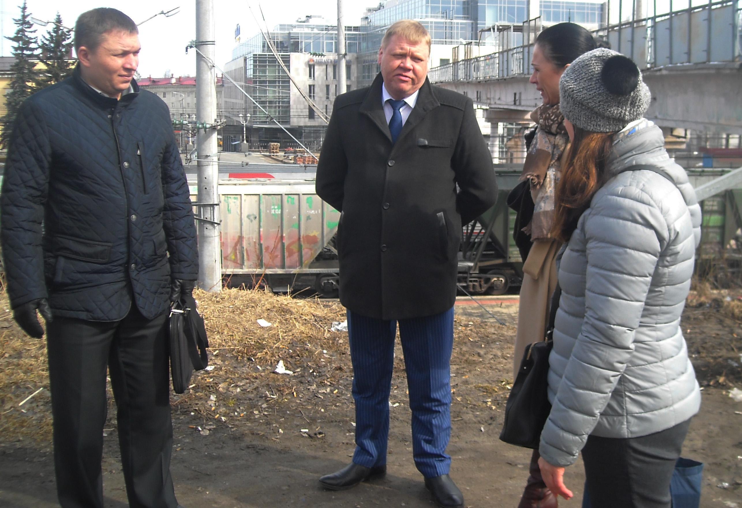 Разговор с представителями железной дороги и полиции. Фото: Татьяна Смирнова