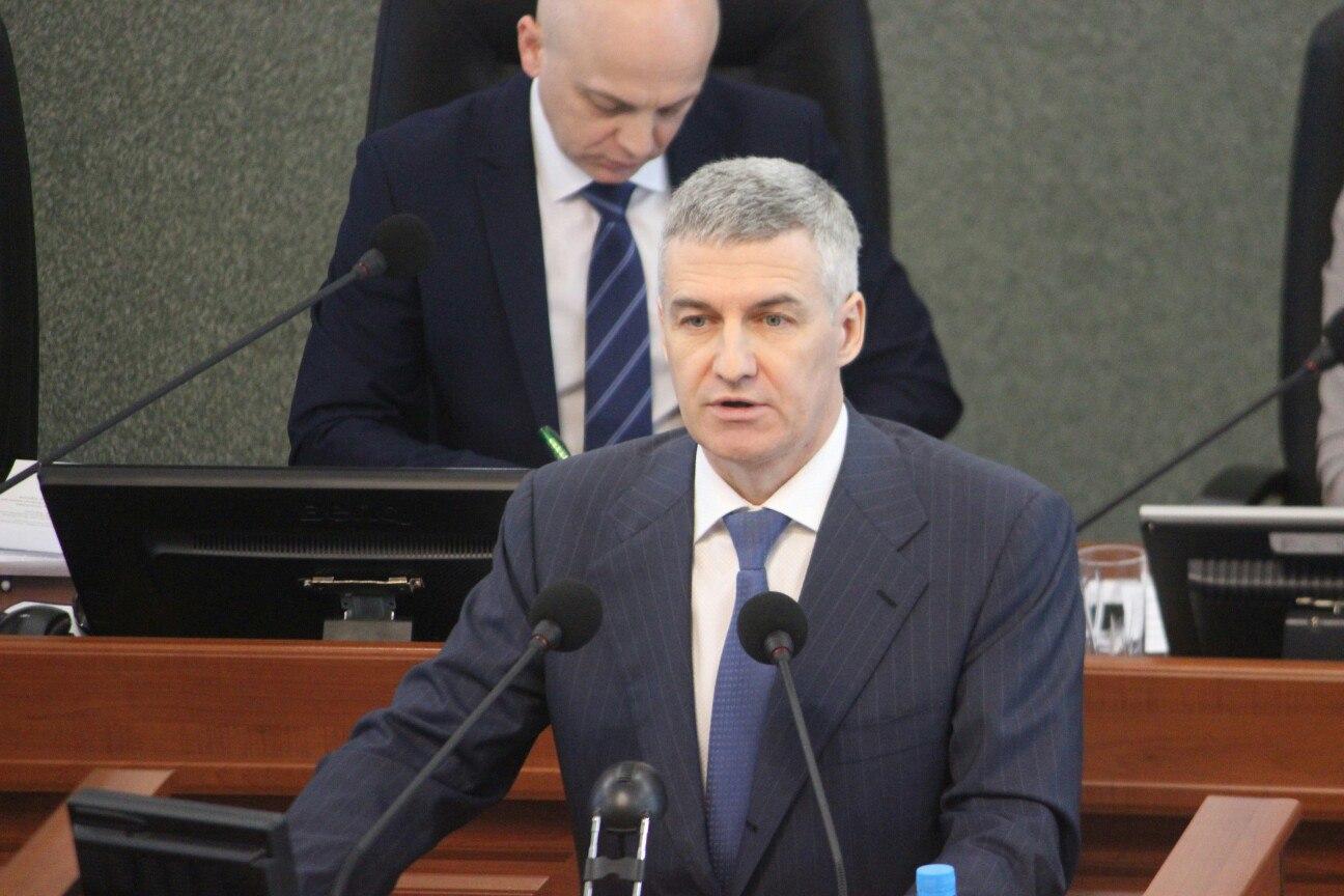 Артур Парфенчиков отвечает на вопросы депутатов. Фото: Сергей Мятухин