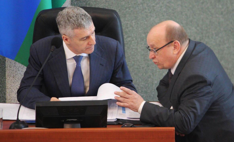 Юрий Шабанов (справа) и Артур Парфенчиков на заседании парламента Карелии. Фото: Сергей Мятухин