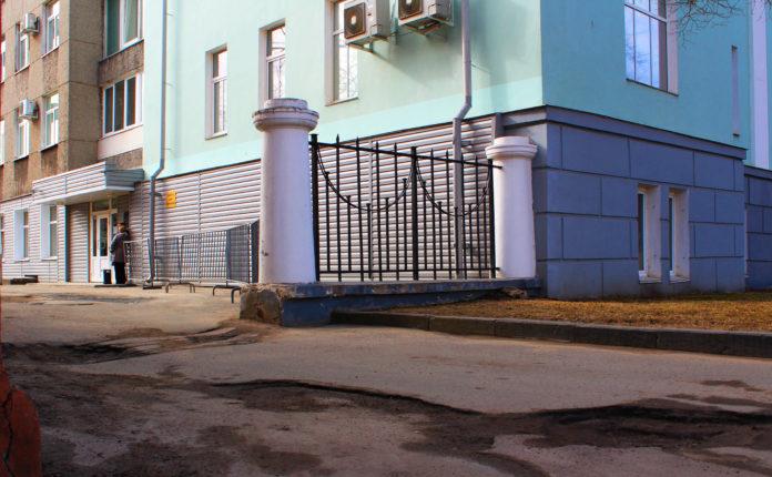 Яма у здания правительства Карелии в Петрозаводске стала городской