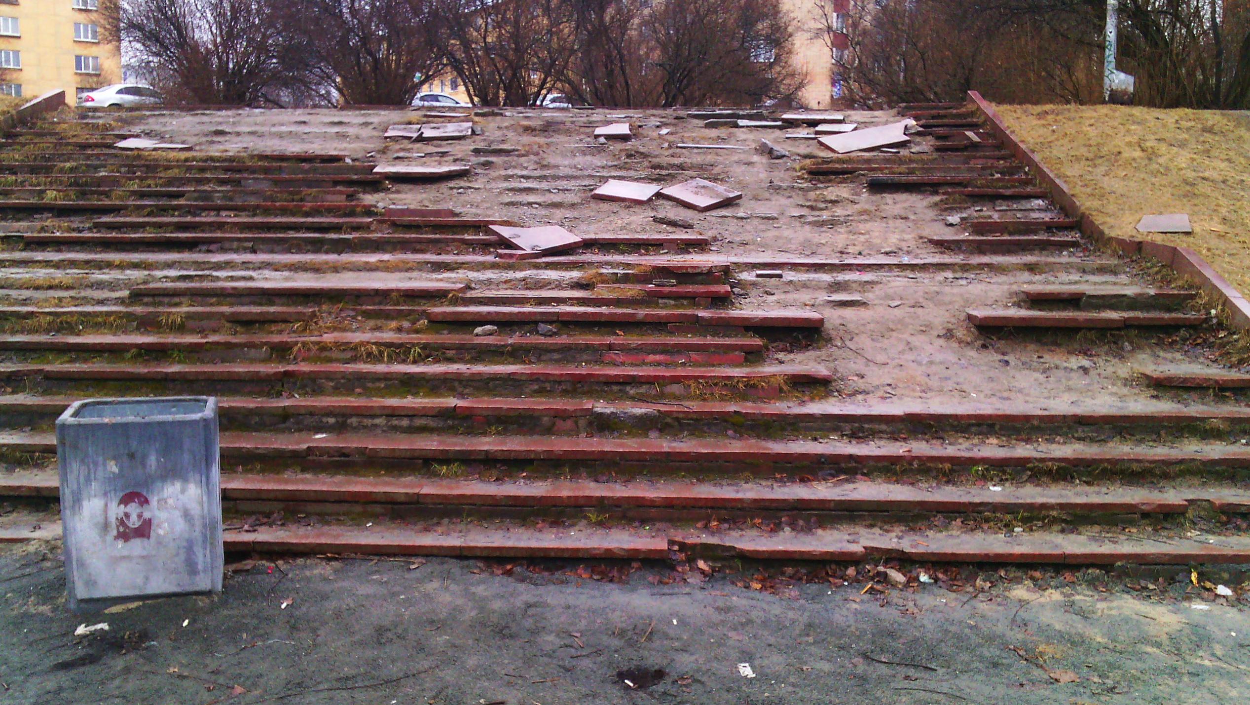 Лестница явно находится в аварийном состоянии. Фото: Черника