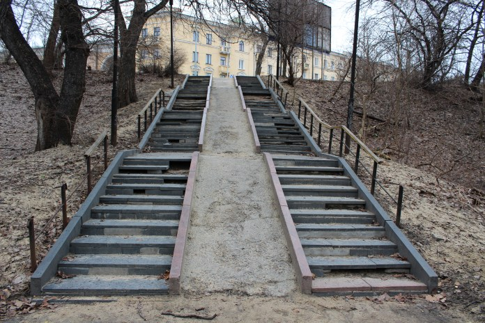 В таком состоянии находится спуск к парку у исторических корпусов Онежского тракторного завода в историческом центре Петрозаводска. Фото: Черника