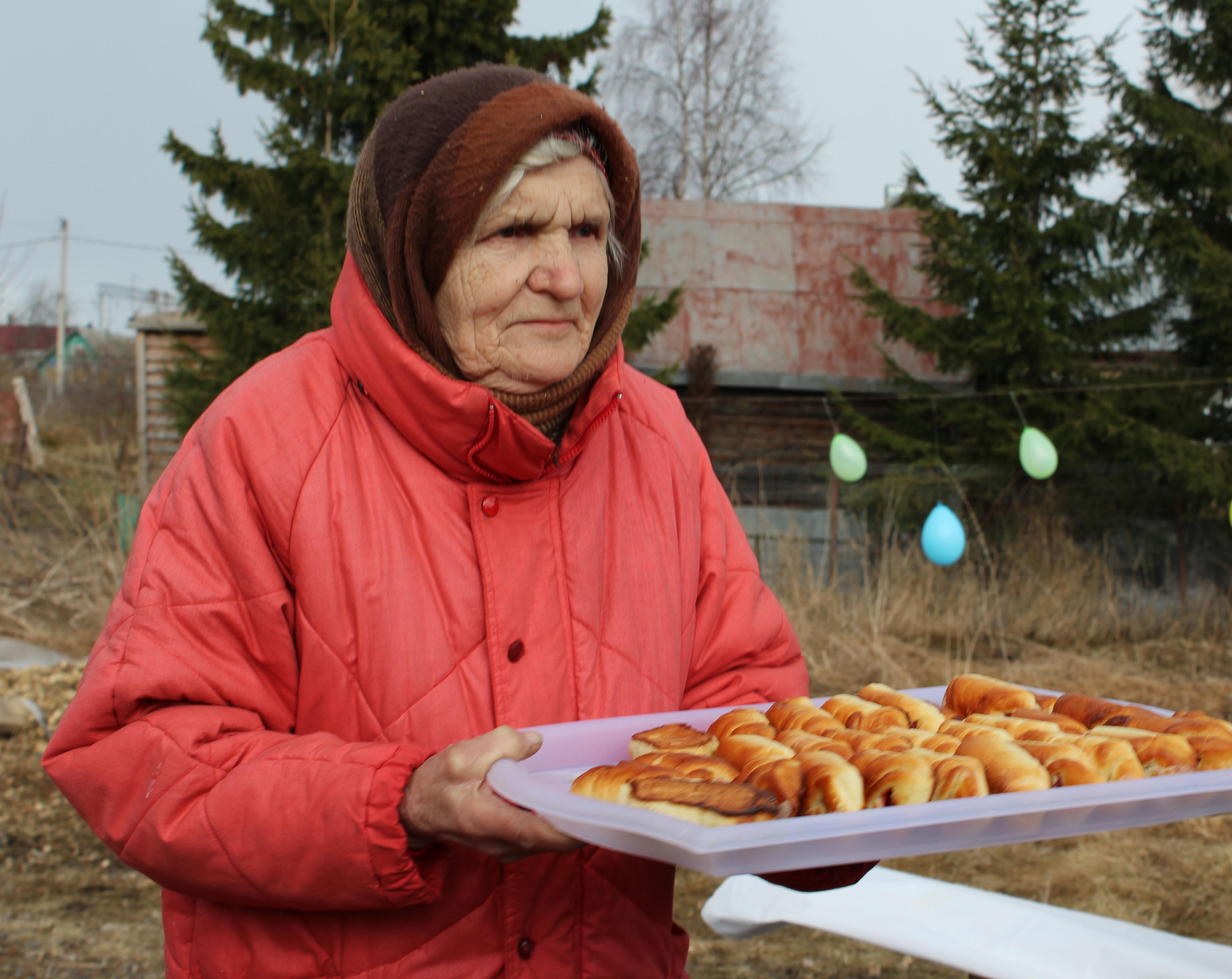Защитница Сунского бора Нина Маккоева с домашним угощением. Фото: Валерий Поташов