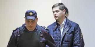 Заммэра Петрозаводска Дениса Косарева выводят под конвоем из зала суда. Фото: Черника