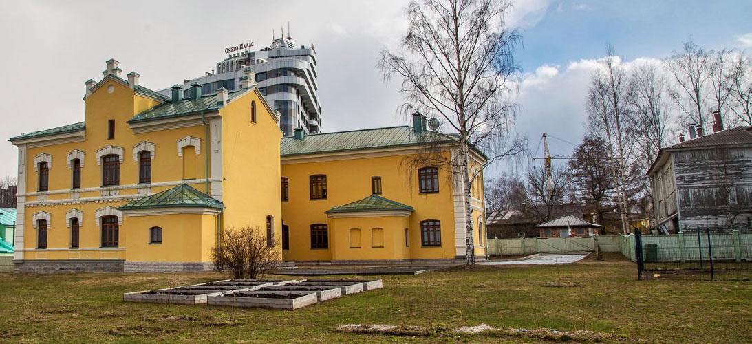 По соседству с памятником уже появились грядки и собачий вольер. Фото: Дмитрий Беленихин