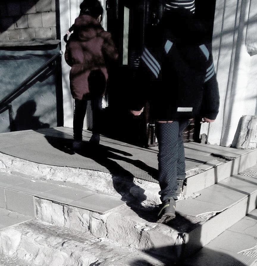 Крыльцо Детско-юношеского центра в Петрозаводске давно нуждается в ремонте. Фото: Татьяна Смирнова