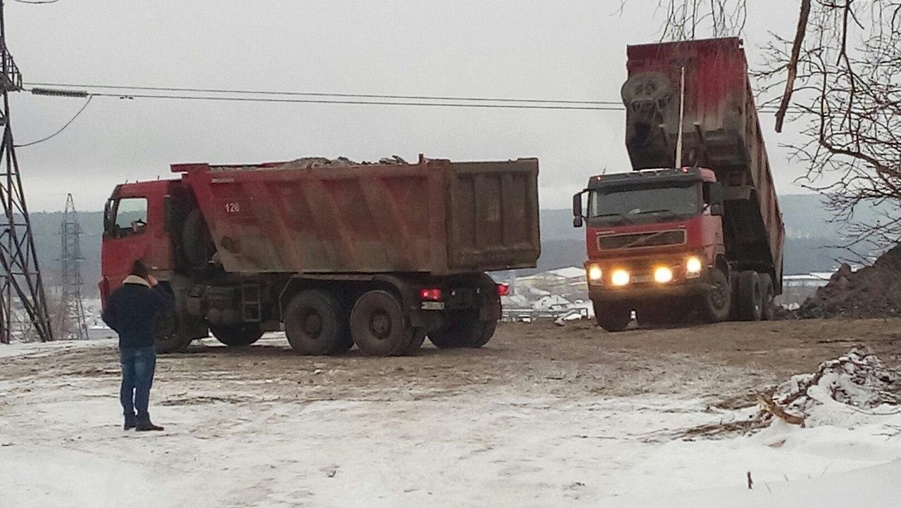 Самосвалы высыпают мусор. Фото: Алексей Владимиров
