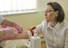Министр здравоохранения Карелии Ольга Лазаревич сдает кровь во время диспансеризации. Фото: Сергей Мятухин