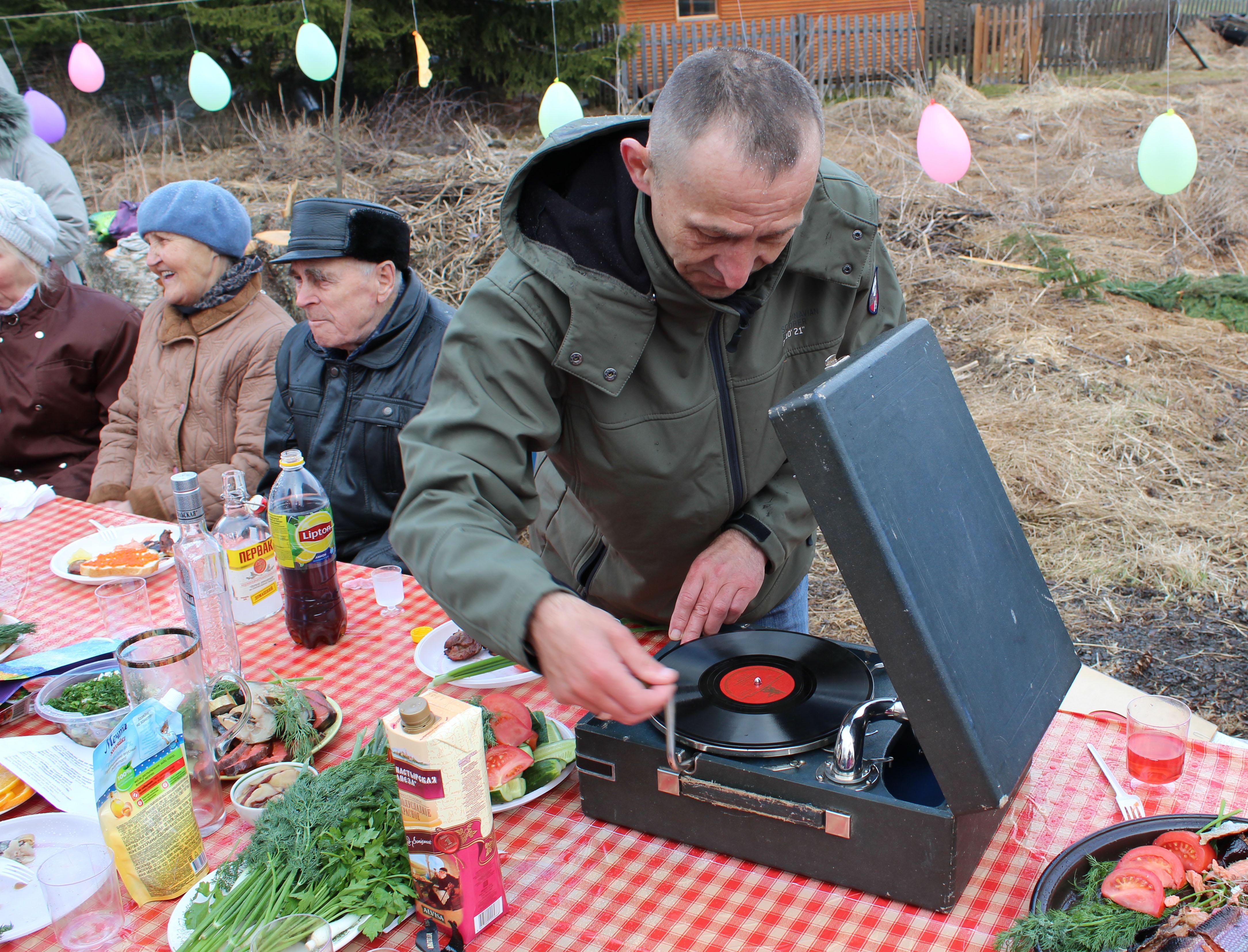 На деревенском празднике звучал настоящий патефон. Фото: Валерий Поташов
