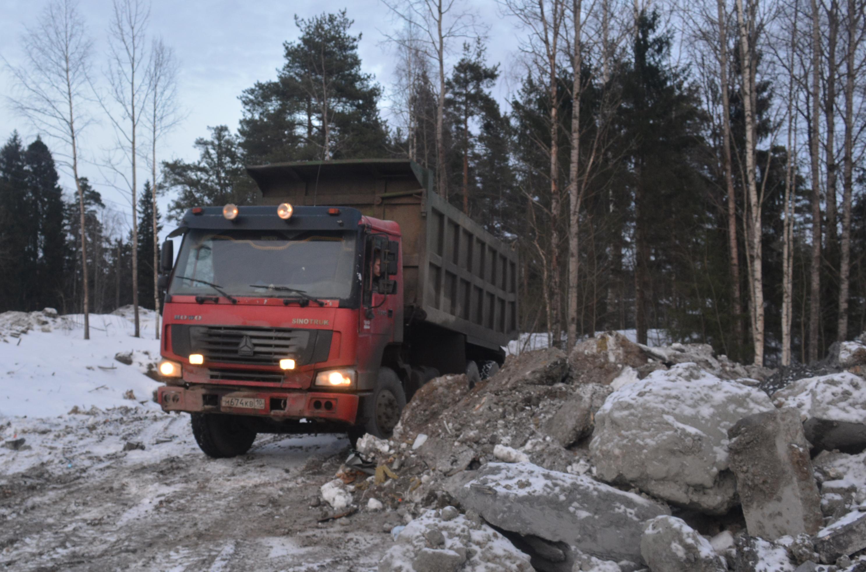 Этот самосвал привез строительный мусор. Фото: Алексей Владимиров
