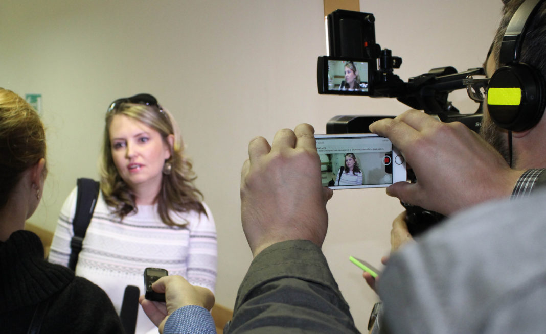 Депутат парламента Карелии Ольга Залецкая дает интервью журналистам перед оглашением приговора. Фото: Валерий Поташов