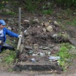 В ямке у реки Неглинки в Петрозаводске начался ремонт лестницы. Фото: Черника