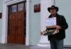 Фермер Михаил Зензин принес гнилую клубнику руководству Карелии. Фото: Валерий Поташов