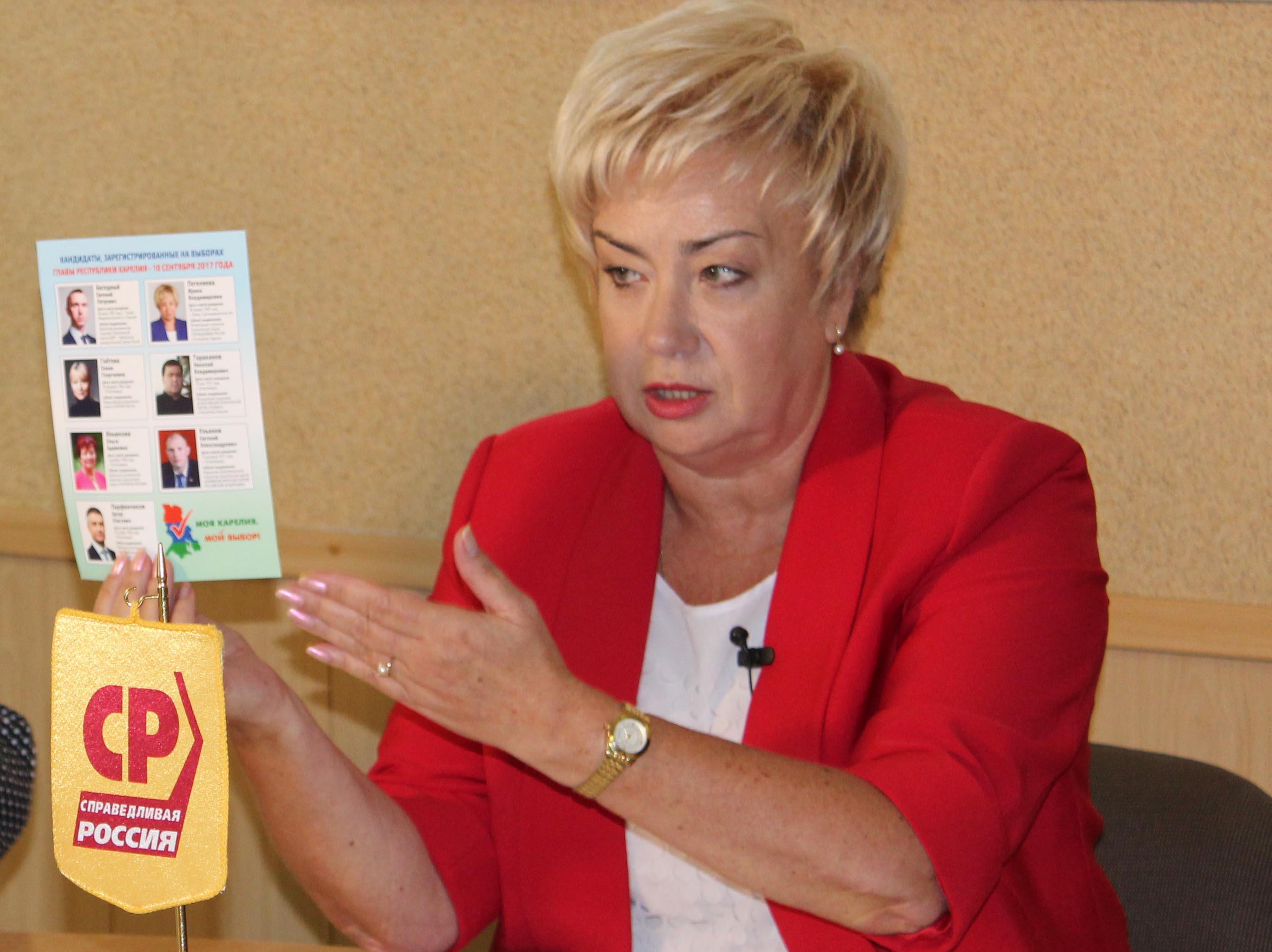 Ирина Петеляева показывает журналистам скандальную листовку. Фото: Валерий Поташов